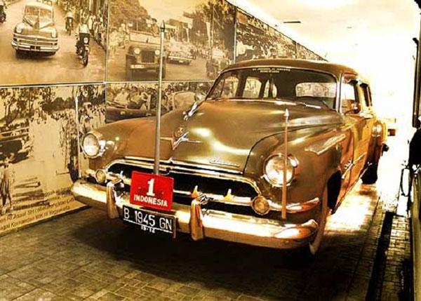 Mobil Soekarno, Chrysler Windsor (1947)
